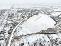 Взгляд зимы от взгляда глаза птицы деревни Улицы покрыты с снегом стоковое фото