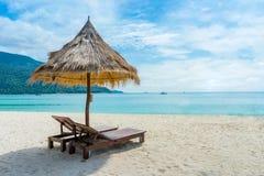 Взгляд зонтика соломы на тропическом пляже на lipe Таиланде Стоковое Изображение