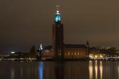 Взгляд здание муниципалитета ночи в Стокгольме Швеция 05 11 2015 Стоковое Изображение