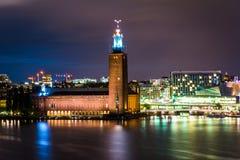 Взгляд здание муниципалитета Стокгольма на ноче, от Monteliusvägen, в s Стоковая Фотография