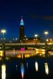 Взгляд здание муниципалитета Стокгольма, Швеция ночи Стоковые Изображения RF