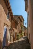 Взгляд зданий в переулке на Sillans-Ла-каскаде, Стоковые Фотографии RF