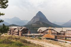 Взгляд зданий и гор на много гостиница ледника Стоковые Фото