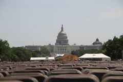 Взгляд здания капитолия в Вашингтоне с лужайкой и положенных стульев для общественных событий Стоковая Фотография