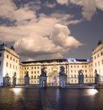 Взгляд здания президента республики в Праге (взгляде) ночи, чехии Стоковое фото RF