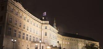 Взгляд здания президента республики в Праге (взгляде) ночи, чехии Стоковая Фотография