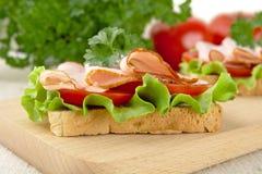 Взгляд здравиц, салат крупного плана, томат, холодные отрезки на разделочной доске Стоковые Изображения RF
