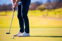 Взгляд игрока в гольф планируя его съемку к штырю Стоковое фото RF