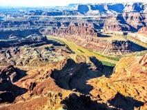 Взгляд изгиба в форме гусиной шеи парка штата пункта Deadhorse Колорадо стоковое изображение