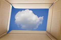 Взгляд изнутри картонной коробки Облако и небо вне Стоковая Фотография RF