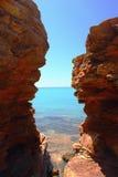 Взгляд Индийского океана через горную породу, Broome, Австралии Стоковые Изображения