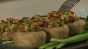 Взгляд испеченных грибов заполненных с овощами видеоматериал