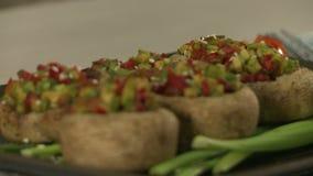 Взгляд испеченных грибов заполненных с овощами акции видеоматериалы