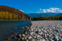 Взгляд иссушанного реки горы кровати покрытого с камнями Стоковое фото RF