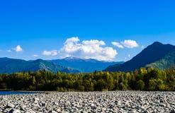 Взгляд иссушанного русла реки на ноге гор Стоковая Фотография