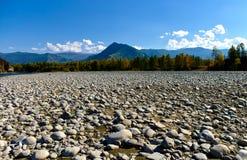 Взгляд иссушанной кровати реки горы покрытой с камнями Стоковые Изображения