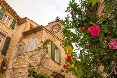 Взгляд исторического дома и одичалых роз в деревне LeCrested Стоковое Изображение RF