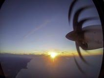 Взгляд и заход солнца пропеллера окна самолета Стоковые Фото