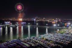 Взгляд и фейерверки ночи на городе Паттайя, Таиланде Стоковое Изображение RF