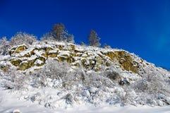 Взгляд каменного наклона покрытого с снегом Стоковое фото RF