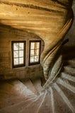 Взгляд каменной лестницы с драматическим светом на замке Lourmarin стоковые фото