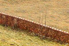 Взгляд каменной загородки на поле Стоковые Фото
