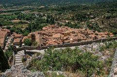 Взгляд каменных лестницы, крыш и колокольни в Moustiers-Sainte-Мари стоковые фотографии rf