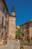 Взгляд каменных домов и башни в улице под голубым небом на дугах-sur-Argens Les Стоковое Изображение