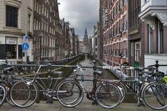 Взгляд канала Амстердама, велосипеды на мосте Стоковое Фото