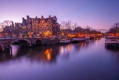 Взгляд канала Амстердама в вечере (снятая долгая выдержка) Стоковые Изображения