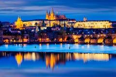 Взгляд Карлова моста и замка Праги в сумерк Стоковая Фотография RF