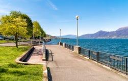 Взгляд квадрата берега озера Luino, Италии Стоковое Фото