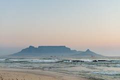 Взгляд Кейптауна от Bloubergstrand Стоковые Изображения