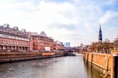 Взгляд кирпичных зданий Гамбурга красных и канала города Стоковое фото RF