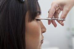 Взгляд конца-вверх волос вырезывания парикмахера Стоковое фото RF