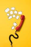 Взгляд конца-вверх красной телефонной трубки и пустой речи клокочет Стоковая Фотография RF