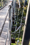 Взгляд конца-вверх механизма подвеса на елевом мосте улицы Стоковые Фото