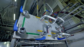 Взгляд конца-вверх на пульте управления для водоснабжения фабрики молокозавода сток-видео