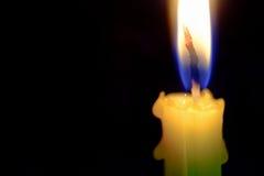 Взгляд конца-вверх на свете пламени свечи на ноче Стоковое Изображение