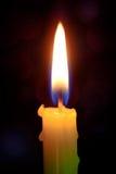 Взгляд конца-вверх на свете пламени свечи на ноче Стоковые Изображения RF
