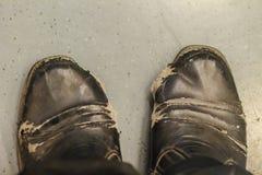 Взгляд конца-вверх носки и ботинок человека офиса разрыва черных кожаных Стоковое Фото
