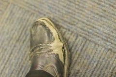 Взгляд конца-вверх носки и ботинок человека офиса разрыва черных кожаных Стоковая Фотография