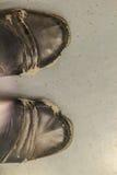 Взгляд конца-вверх носки и ботинок человека офиса разрыва черных кожаных Стоковые Изображения