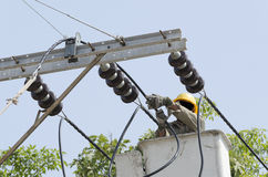 Взгляд конца-вверх одного электрика ремонтирует sys электричества Стоковое Изображение RF