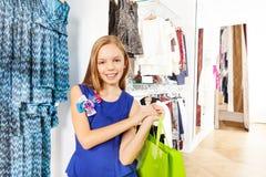 Взгляд конца-вверх счастливой красивой девушки в магазине Стоковое Изображение