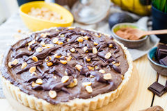 Взгляд конца-вверх сырцового пирога шоколада банана авокадоа на белой деревянной предпосылке Стоковые Изображения