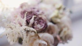 Взгляд конца-вверх флориста подготавливая состав цветка на рабочем месте Красивый нежный букет акции видеоматериалы