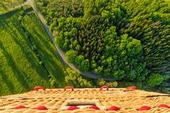 Взгляд корзины от горячего воздушного шара, летая над сельской сельской местностью Стоковое Изображение