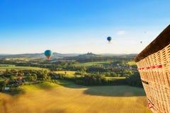 Взгляд корзины от горячего воздушного шара, летая над сельской сельской местностью Стоковые Фото