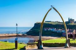 Взгляд косточек кита, символ городка Whitby с аббатством в предпосылке стоковые изображения rf